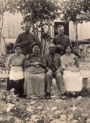 Antanas Hokušas su šeima. Nuotrauka iš Panevėžio kraštotyros muziejaus rinkinių