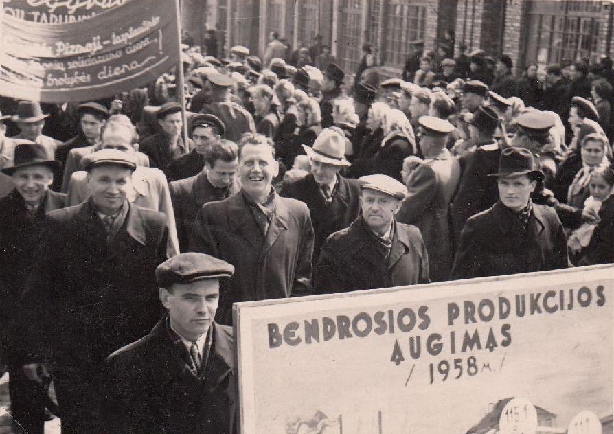 Panevėžio baldų fabriko darbininkai Gegužės 1-osios demonstracijoje. 1958 m. Nuotrauka iš Panevėžio kraštotyros muziejaus rinkinių