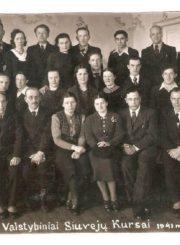 Panevėžio valstybiniai siuvėjų kursai. 1941 m. Nuotrauka iš Panevėžio kraštotyros muziejaus rinkinių