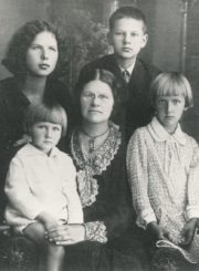 Antano ir Serafimos Didžiulių šeima. 1-oje eilėje iš kairės: H. Didžiulytės-Mošinskienės pusbrolis Stasys, Liudvikas, Serafima, Irena, Antanas Didžiuliai. 2-oje eilėje iš kairės: Halina, Algirdas Didžiuliai. [Panevėžys]. 1930 m. Panevėžio apskrities Gabrielės Petkevičaitės-Bitės viešoji biblioteka, Irenos Didžiulytės-Jurevičienės fondas F5