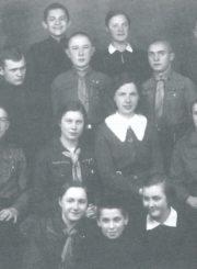 Mokytoja Halina Didžiulytė-Mošinskienė su Panevėžio berniukų ir mergaičių gimnazijų skautų vadovais. Panevėžys. 1937 m. 2-oje eilėje sėdi iš kairės: I. Herbačiauskaitė, J. Balkevičius, Kakčiukaitė, mokytoja H. Didžiulytė-Mošinskienė, Starevičiūtė, Ramoška. 3-ioje eilėje stovi iš kairės: ?, Špokevičius, A. Stepanka, Petrovas, Zabarauskas. 4-oje eilėje stovi iš kairės: I. Slapšinskas, V. Subatniekas, Kugrinaitė, Razma. Panevėžio Juozo Balčikonio gimnazija prisiminimuose / sudarė Vytautas Baliūnas. Panevėžys : Amalkeros leidyba, 2007 (Kaunas : Aušra). P. 157