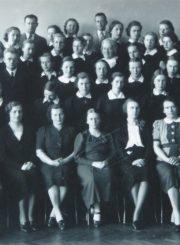 Panevėžio mergaičių gimnazijos pedagogai ir moksleivės. 1-oje eilėje iš kairės: 2-a H. Didžiulytė-Mošinskienė, 3-ia P. Bylaitė, 4-a M. Januškevičienė, 5-a O. Maksimaitienė, 6-a dir. M. Giedraitienė, 7-a H. Jasaitytė, 8-a H. Zahlmann (Calmanaitė). 3-ioje eilėje iš kairės: 3-ias mokytojas J. Matusevičius; iš dešinės: 1-a mokytoja O. Daugaravičiūtė. 4-oje eilėje centre: mokytoja S. Žemaitienė. Viršutinėje eilėje: mokytojai F. Svirskis ir J. Vaitys. Apie 1937 m. Panevėžio apskrities Gabrielės Petkevičaitės-Bitės viešoji biblioteka, Marijos Giedraitienė fondas F106-58