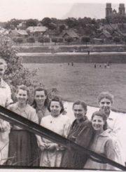 3. Konservų fabriko Gamybos skyriaus darbuotojai. Iš kairės: trečia Nina Antipova, šešta brigadininkė Janina Ramanauskienė; atkirai stovi Irena Gruničiūtė. Apie 1956–1957 m.