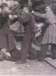 4. Konservų fabriko Taros skyriaus darbuotojai. Pirmas iš dešinės Petras Steponavičius, antras Bronius Šakalys. Apie 1956–1957 m.