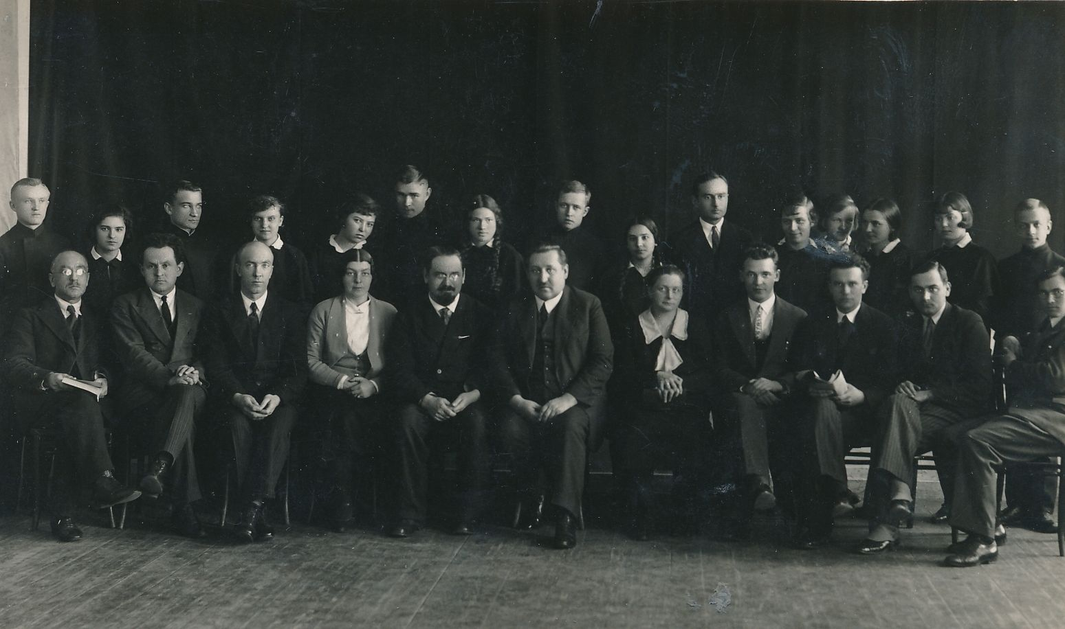 Rokiškio gimnazijos mokytojai ir moksleiviai. Pirmoje eilėje iš kairės 5-as Stasys Naginskas. Fotogr. Ch. Šneidermano. Rokiškis, 1932–[1935]. Panevėžio apskrities Gabrielės Petkevičaitės-Bitės viešoji biblioteka, Laimos Rapšytės rankraščių fondas F70-770