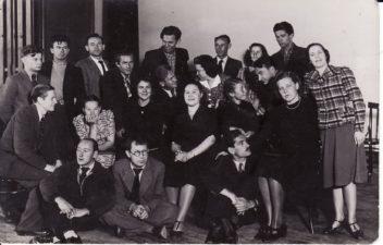 Kauno Darbo rūmų studija, 1938–1940 m. 1-oje eilėje, iš kairės: dailininkas Liudas Vilimas, režisierius Juozas Miltinis, Čaprackas, 2-oje eilėje, iš kairės: Gediminas Pauliukaitis, A. Česionytė, Janina Dulskytė, Jadvyga Matulytė, Teklė Grigaliūnaitė, Veronika Fakejevaitė, Elena Žilėnaitė, 3-oje eilėje, iš kairės: Vaclovas Blėdis, Balys Gudanavičius, Zigmas Lapinskas-Lapėnas, Jonas Alekna, Eugenijus Jermolajevas, Zofija Vekrikaitė, V. Muraška, 4-oje eilėje, iš kairės: Kazimieras Vitkus, Vladas Kazakevičius, Veronika Ruminavičiūtė, Bronius Babkauskas. PAVB FKV-441/2