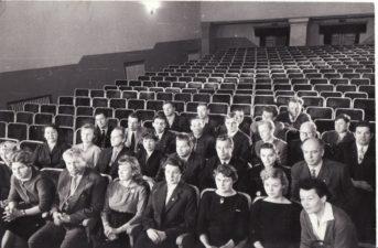 Aktoriai su režisieriumi Juozu Miltiniu senojo teatro salėje. Bronius Babkauskas – 3-oje eilėje, 1-as iš dešinės. 1960 m. PAVB FKV-440/4