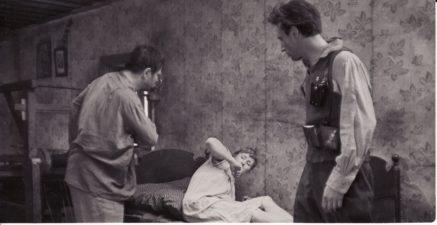 """Bronius Babkauskas (kairėje) – Marcinkus, Regina Zdanavičiūtė – Marcinkaus žmona filme """"Niekas nenorėjo mirti"""" (rež. Vytautas Žalakevičius). 1965 m. PAVB F54-42-2"""
