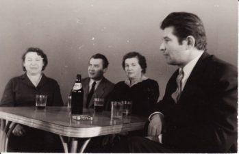 Panevėžio dramos teatre, 1960 m. Iš kairės: aktorė Jadvyga Matulytė, aktorius Jonas Alekna su žmona Irena, aktorius Bronius Babkauskas. Fotogr. Kazimiero Vitkaus. PAVB FKV-311/5
