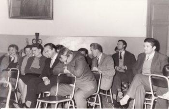 Aktoriai su režisieriumi Juozu Miltiniu. Bronius Babkauskas – dešinėje. Fotogr. Kazimiero Vitkaus. PAVB FKV-440/26