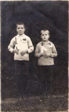 Bronius Babkauskas su broliuku Juozu. Vilkaviškis. 1930 10 24. Fotogr. Ch. Nicevičiaus PAVB FKV-456/37