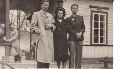 Aktoriai Kazimieras Vitkus, Janina Dulskytė, Bronius Babkauskas. Antrame plane – Vladas Kazakevičius, Gediminas Pauliukaitis. Kaunas, apie 1939 m. PAVB FKV-883/1