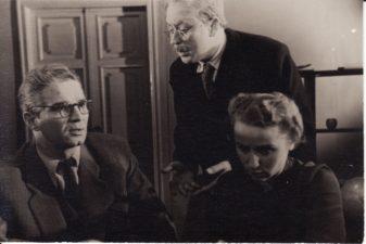 """K. Binkis """"Atžalynas"""" (rež. Gediminas Karka), 1956 m. Bronius Babkauskas – Direktorius, Donatas Banionis – Tijūnas, Regina Zdanavičiūtė – Gamtininkė. Fotogr. Kazimiero Vitkaus. PAVB FKV-132/22-7"""