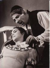 """P. de Beaumarchais """"Sevilijos kirpėjas"""" (rež. Vaclovas Blėdis), 1957 m. Laimutė Liesytė – Rozina, Bronius Babkauskas – Bartolo. Fotogr. Kazimiero Vitkaus. PAVB FKV-140/12-10"""
