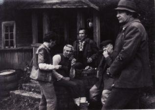 """Bronius Babkauskas (dešinėje) – Raupys filme """"Velnio nuotaka"""" (rež. Arūnas Žebriūnas). 1974 m. Fotogr. Algimanto Mockaus. PAVB F54-57-5"""