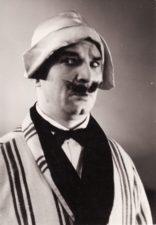 """E. M. Labiche'as """"Šiaudinė skrybėlaitė"""" (rež. Juozas Miltinis), 1959 m. Bronius Babkauskas – Nonankuras. Fotogr. Kazimiero Vitkaus. PAVB FKV-153/7-1"""
