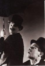 """E. M. Labiche'as """"Šiaudinė skrybėlaitė"""" (rež. Juozas Miltinis), 1959 m. Bronius Babkauskas – Nonankuras, Jonas Alekna – Vezinė. Fotogr. Kazimiero Vitkaus. PAVB FKV-153/13-3"""