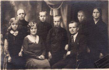 Žaliosios pradinės mokyklos moksleiviai su mokytojais Zaliauskais. Bronius Babkauskas – 2-oje eilėje, 2-as iš dešinės. PAVB FKV-456/42