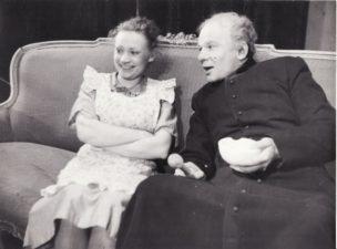 """Vienuolis """"Prieblandoje"""" (rež. Juozas Miltinis 1945–1989 m.), 1945 m. Henrika Hokušaitė – Marcelė, Bronius Babkauskas – Klebonas. Fotogr. Kazimiero Vitkaus. PAVB FKV-457/25"""