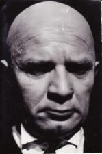 """W. Borchertas """"Lauke, už durų"""" (rež. Juozas Miltinis). 1966 m. Bronius Babkauskas – Gatvės šlavėjas, kuris yra visai ne šlavėjas. Fotogr. Kazimiero Vitkaus. PAVB FKV-183/14-2"""