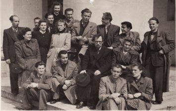 Panevėžio dramos teatro kolektyvas, apie 1945 m. Priekyje sėdi Jonas Alekna ir Romualda Mikalauskaitė, 2-oje eilėje, iš kairės: Vaclovas Blėdis, Jonas Surkevičius, Juozas Miltinis, Stasė Breivaitė, 3-oje eilėje, iš kairės: Ona Konkulevičiūtė, Marija Keturakytė, Regina Zdanavičiūtė, Kazimieras Vitkus, Vytautas Karka, Donatas Banionis, Gediminas Karka, 4-oje eilėje, iš kairės: 1-as Stepas Kosmauskas, 3-as Bronius Babkauskas, 4-as Romualdas Klasčius, už jų – Henrika Hokušaitė. PAVB FJM-1019/21