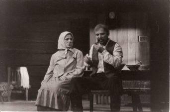"""Vienuolis """"Prieblandoje"""" (rež. Juozas Miltinis 1945–1989 m.), 1970 m. Eugenija Šulgaitė – Gaškienė, Bronius Babkauskas – Gaška. Fotogr. Kazimiero Vitkaus. PAVB FKV-86/1-6"""