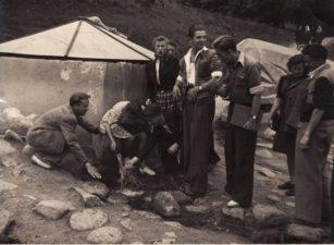 Gastrolių metu Birštone, prie šaltinio. 1949 m. Iš kairės: 1-as Gediminas Karka, 3-as Juozas Jučas, viduryje stovi: Regina Zdanavičiūtė, Bronius Babkauskas, 1-as iš dešinės Donatas Banionis. Fotogr. Kazimiero Vitkaus. PAVB F54-12