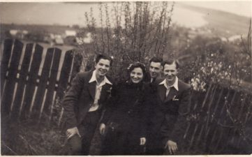 Bronius Babkauskas (kairėje) su jaunimo grupele. PAVB FKV-456/41