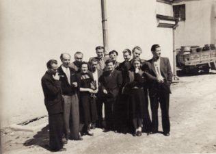 """Aktoriai su rašytoju Juozu Grušu prie senojo teatro, po spektaklio """"Dūmai"""" repeticijos. 1955 m. 1-oje eilėje, iš kairės – Gediminas Karka, Stepas Kosmauskas, Ona Konkulevičiūtė, Jonas Alekna, Vaclovas Blėdis, Liudvika Marija Adomavičiūtė. 2-oje eilėje, iš dešinės: 1-as Bronius Babkauskas, 2-as Algimantas Masiulis, 5-as Kazimieras Vitkus, 6-as rašytojas Juozas Grušas. PAVB FKV-440/9"""