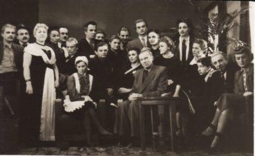"""Aktoriai po spektaklio """"Dūmai"""" su rašytoju Juozu Grušu. 1955 m. Bronius Babkauskas stovi 6-as iš kairės. Fotogr. Kazimiero Vitkaus. PAVB FKV-124/31-44"""