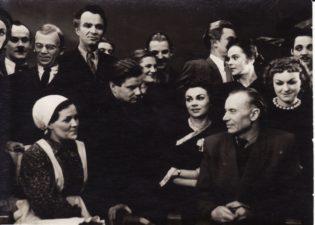 """Aktoriai po spektaklio """"Dūmai"""" su rašytoju Juozu Grušu. 1955 m. Bronius Babkauskas stovi 4-as iš kairės. Fotogr. Kazimiero Vitkaus. PAVB FKV- 124/41-4"""