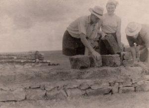 2.Gyvenamojo namo statyba iš žemės ir šiaudų mišinio plytų.Kazachijos SSR, 1957 m. Nuotrauka iš Panevėžio kraštotyros muziejaus rinkinių