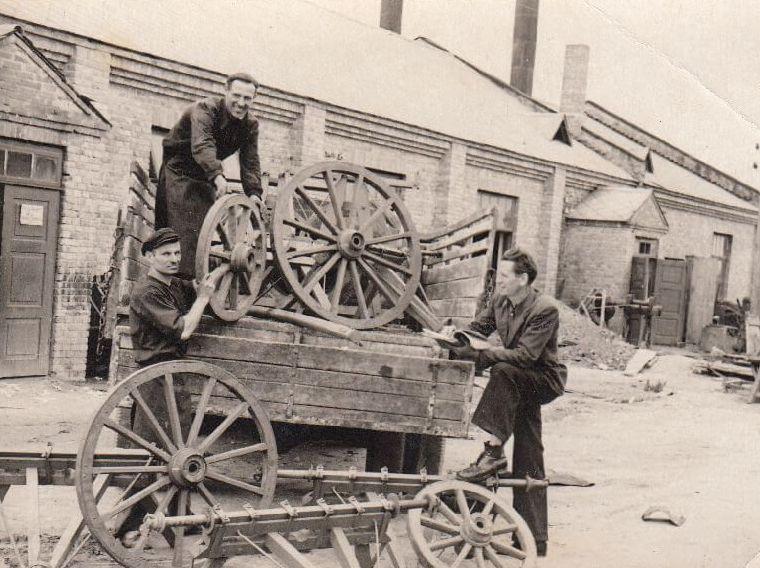 """1. Artelės """"Raudonasis švyturys"""" darbininkai įmonės teritorijoje. Nuotrauka iš Panevėžio kraštotyros muziejaus rinkinių"""