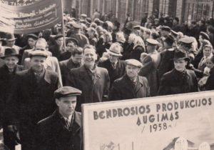 """2. Artelės """"Raudonasis švyturys"""" darbininkai sovietinėje demonstracijoje. Panevėžys, XX a. 6 deš. Nuotrauka iš Panevėžio kraštotyros muziejaus rinkinių"""
