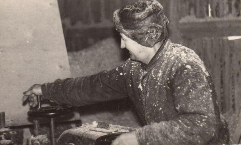 1. Lentpjūvės darbininkas Ksaveras Venclova prie obliavimo staklių. 1952 m. Nuotrauka iš Panevėžio kraštotyros muziejaus rinkinių