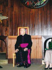 Panevėžio miesto garbės piliečio vardo suteikimas Šv. apaštalų Petro ir Povilo bažnyčios klebonui, monsinjorui Jonui Juodeliui. Panevėžys. 2001 m. Iš kairės: Panevėžio meras Valdemaras Jakštas, monsinjoras J. Juodelis, vicemerė Liudvika Trasikytė. Panevėžio apskrities Gabrielės Petkevičaitės-Bitės viešoji biblioteka, Jono Juodelio fondas F121-125
