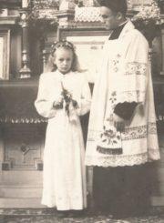 Vikaras Jonas Juodelis su mergaite po Pirmosios Komunijos. Kupiškis. Apie 1947 m. Panevėžio apskrities Gabrielės Petkevičaitės-Bitės viešoji biblioteka, Jono Juodelio fondas F121-131