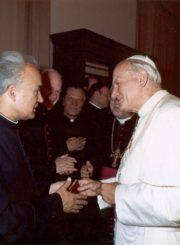 Kunigas Jonas Juodelis su popiežiumi Jonu Pauliumi II. Vatikanas. 1987 m. Panevėžio apskrities Gabrielės Petkevičaitės-Bitės viešosios bibliotekos skaitmeninis archyvas
