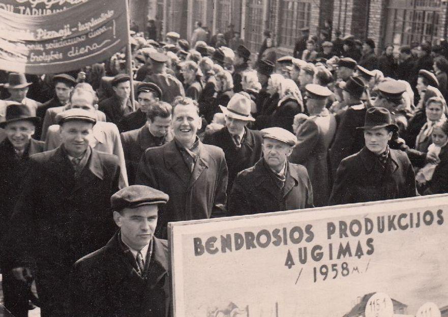 Panevėžio baldų fabriko darbininkai Gegužės 1-osios demonstracijoje. 1958 m.
