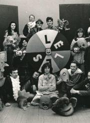 Panevėžio lėlių liaudies teatro kolektyvas. Panevėžys. 1987 m. 1-oje eilėje iš dešinės sėdi: 1-as Saulius Glinskis, 3-ia Konstancija Romerytė, 2-oje eilėje iš dešinės: 1-as Vytautas Juškevičius, 2-a Raimonda Glinskytė, viršutinėje eilėje iš dešinės: 1-a aktorė ir režisierė Julija Blėdytė-Stepankienė, 3-ias dailininkas Albertas Stepanka. Panevėžio apskrities Gabrielės Petkevičaitės-Bitės viešoji biblioteka, Vytauto Juškevičiaus fondas F82-136