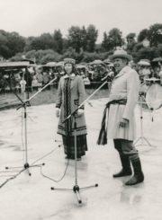 Liaudies meno šventės Skaistakalnio parke vedėjai Vytautas Juškevičius ir Dalia Ramanauskaitė. Panevėžys. 1988 m. Panevėžio apskrities Gabrielės Petkevičaitės-Bitės viešoji biblioteka, Vytauto Juškevičiaus fondas F82-139