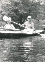 Vytautas Juškevičius žygyje baidarėmis Juodųjų Lakajų ežere Molėtų r. 1989 m. Panevėžio apskrities Gabrielės Petkevičaitės-Bitės viešoji biblioteka, Vytauto Juškevičiaus fondas F82-140