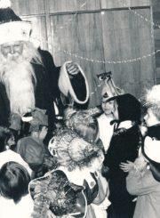 Vytautas Juškevičius-Kalėdų Senelis Naujųjų metų šventėje su vaikais. Panevėžys. Apie 1993 m. Panevėžio apskrities Gabrielės Petkevičaitės-Bitės viešoji biblioteka, Vytauto Juškevičiaus fondas F82