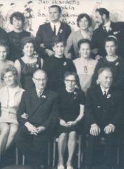 Panevėžio 1-osios darbo jaunimo vakarinės vidurinės mokyklos abiturientai ir pedagogai. Panevėžys. Apie 1957 m. 1-oje eilėje iš kairės: V. Juškevičius, direktorius S. Raila, N. Zelbaitė, K. Bagdonas, klasės auklėtoja E. Mickevičienė, A. Lakiūnas, N. Boguraitė, Trapikienė; 2-oje eilėje iš dešinės: 1-as K. Trunca. Panevėžio apskrities Gabrielės Petkevičaitės-Bitės viešoji biblioteka, Vytauto Juškevičiaus fondas F82-128