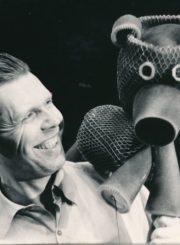 Panevėžio lėlių liaudies teatro aktorius Vytautas Juškevičius su lėle. Panevėžys. Apie 1982 m. Panevėžio apskrities Gabrielės Petkevičaitės-Bitės viešoji biblioteka, Vytauto Juškevičiaus fondas F82-141
