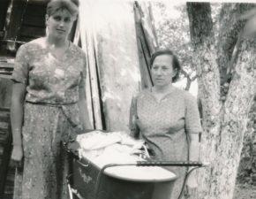 Marijona Ratkienė su marčia Gražina Ratkiene ir anūke Greta. 1990 m.