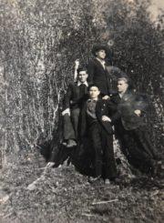Česys Gediminas Cemnolonskis (priekyje) su mokslo draugais. Fotogr. J. Skruzdžio. Krekenava (Panevėžio r.). 1950.05.03. Kęstučio Cemnolonskio asmeninis archyvas