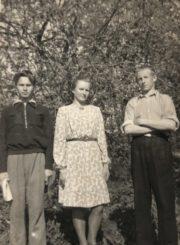 Česys Gediminas Cemnolonskis (kairėje) su mokslo draugais. Fotogr. Z. Šulčiaus. Krekenava (Panevėžio r.). 1950.05.01. Kęstučio Cemnolonskio asmeninis archyvas