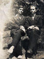Česys Gediminas Cemnolonskis (dešinėje) su draugu. 1951 m. Kęstučio Cemnolonskio asmeninis archyvas