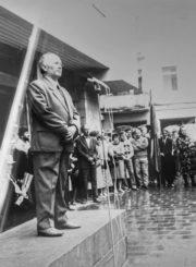 Pedagogas, poetas, tremtinys Česys Gediminas Cemnolonskis sako kalbą Sąjūdžio mitinge Panevėžyje. 1989 m. Kęstučio Cemnolonskio asmeninis archyvas